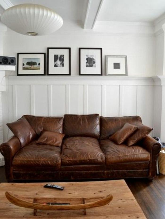 un-joli-fauteuil-club-cuir-de-couleur-marron-pour-le-salon-avec-parquette-marron-foncé