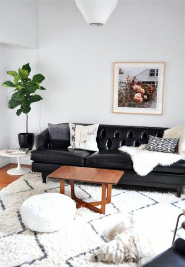 un-joli-fauteuil-club-cuir-noir-pour-le-salon-bien-aménagé-avec-gout
