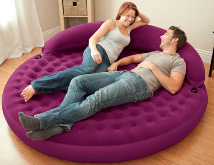 un-joli-fauteuil-gonflable-coloré-pour-le-salon-avec-sol-en-parquette-clair-lit-gonflable
