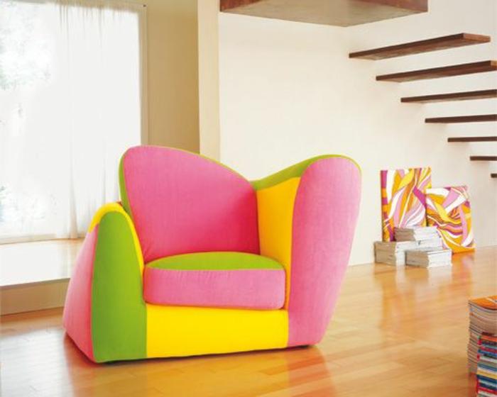 un-joli-fauteuil-gonflable-coloré-pour-le-salon-avec-sol-en-parquette-clair