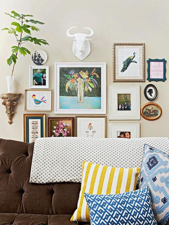 un-joli-mode-de-décration-comment-décorer-sa-chambre-de-séjour-avec-un-canapé-marron-peintues-murales
