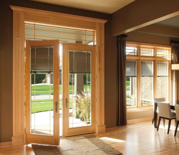 un-joli-salon-plein-de-lumière-sol-en-parquette-clair-port-d-entrée-en-bois-clair-porte-en-verre-et-bois