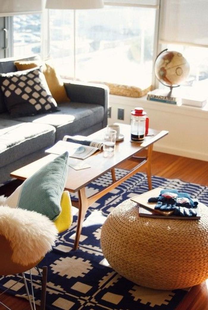 un-joli-tapis-alinea-blanc-bleu-foncé-pour-le-salon-avec-meubles-en-rotin