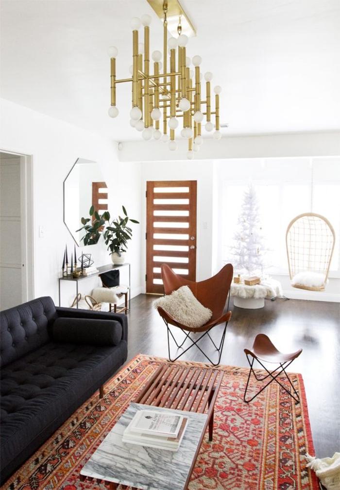 un-joli-tapis-coloré-dans-le-salon-avec-chaise-butterfly-en-cuir-marron-et-un-tapis-shaggy-de-salon