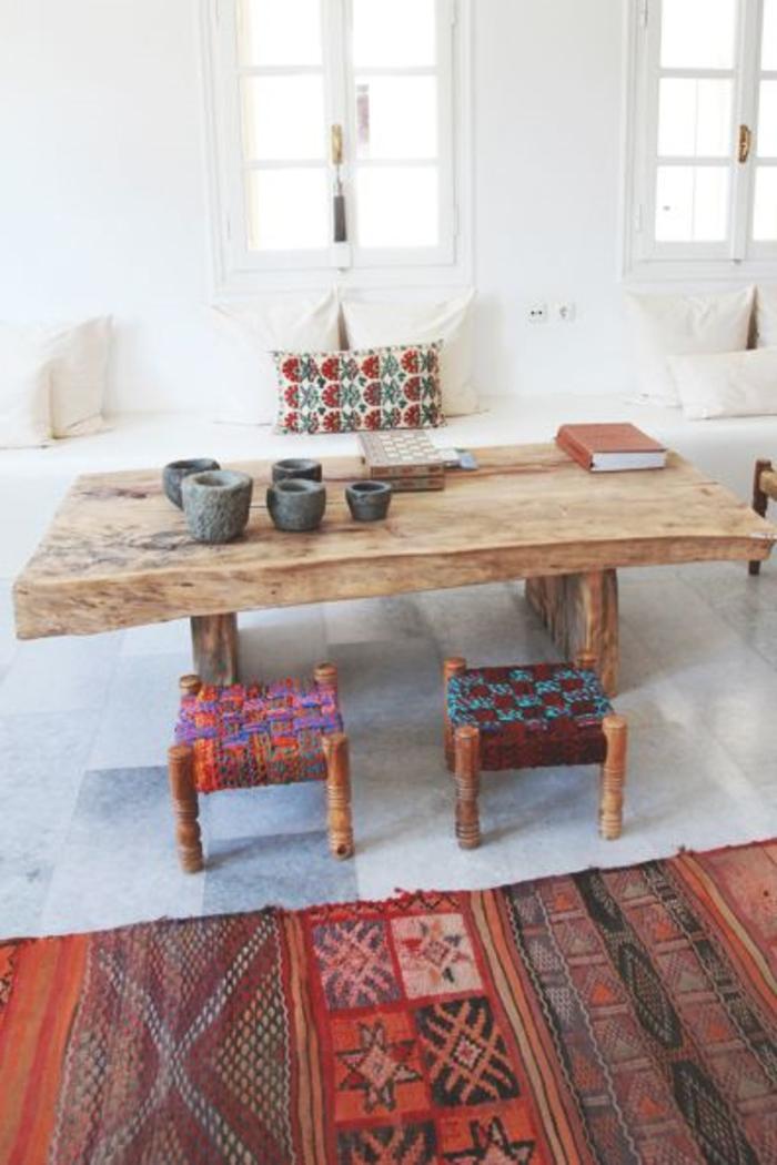 un-salon-de-style-grecque-avec-une-jolie-table-en-bois-cair-et-tapis-alinea-coloré