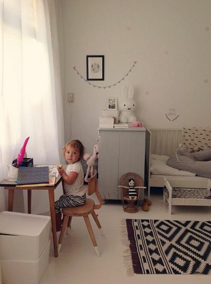 une-chambre-bebe-avec-bureau-petit-bureau-dans-la-chambre-d-enfant-chaise-de-bureau-enfant