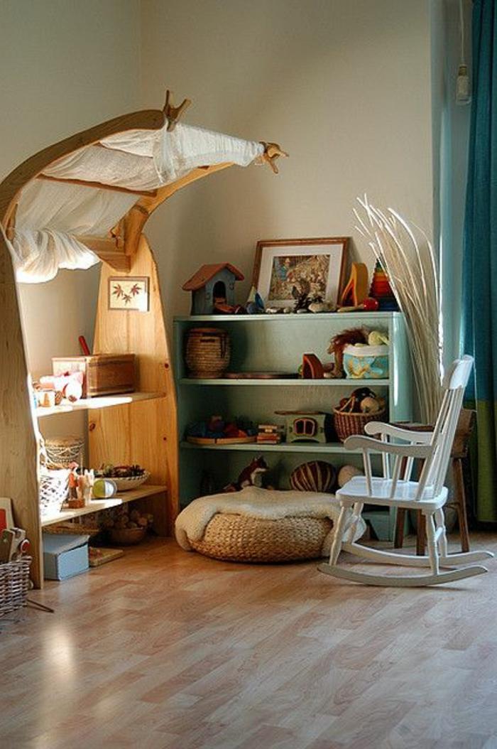 une-jolie-chaise-berçante-dans-la-chambre-d-enfant-sol-en-parquette-clair-meubles-dans-la-chambre-d-enfant