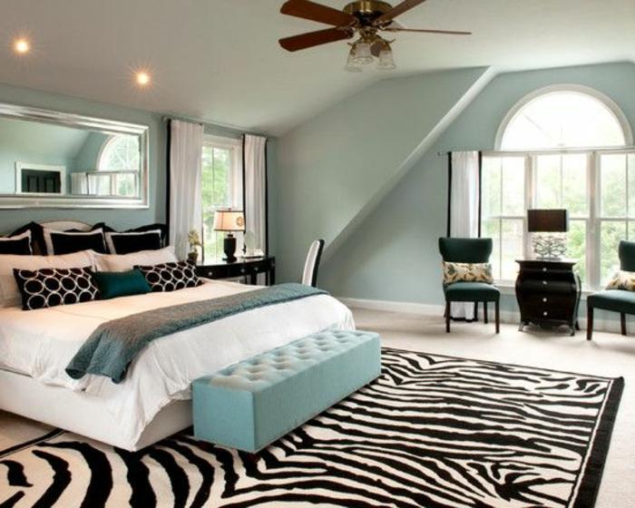 une-jolie-chambre-à-coucher-avec-tapis-en-peau-de-zebre-à-rayures-blanches-noirs