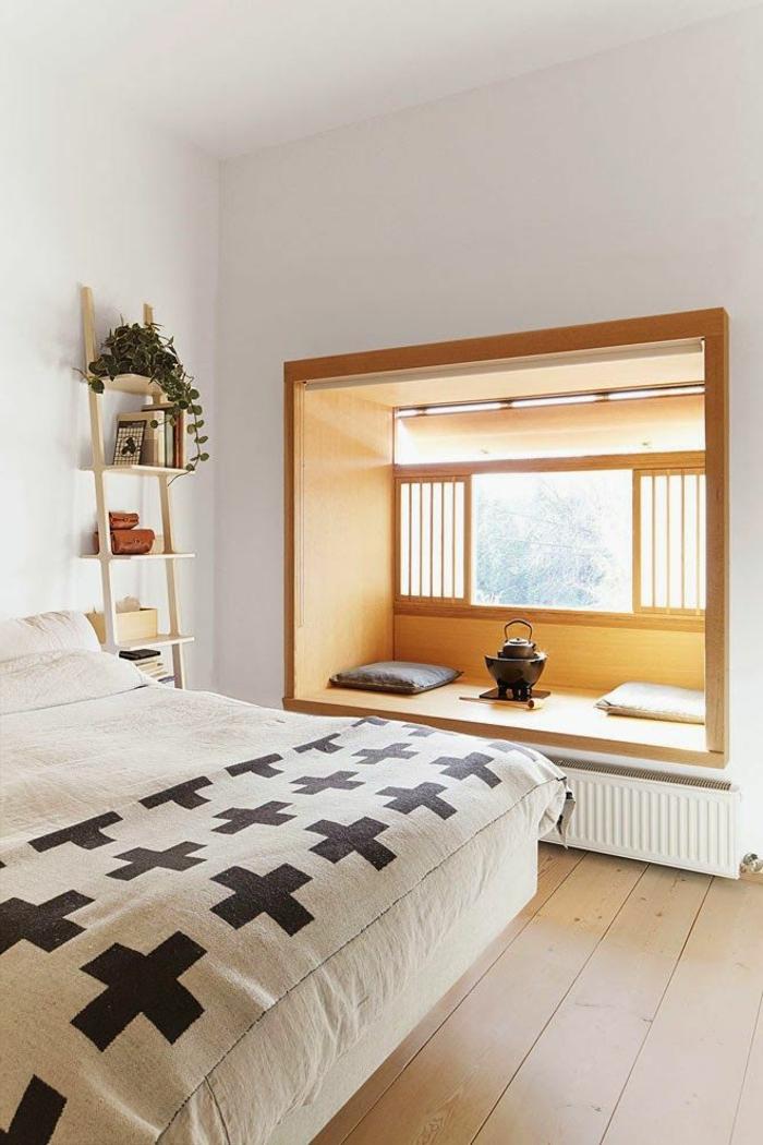 une-jolie-chambre-à-coucher-de-style-chinois-decoration-asiatique-sol-en-planchers-lit-couverture-de-lit-beige