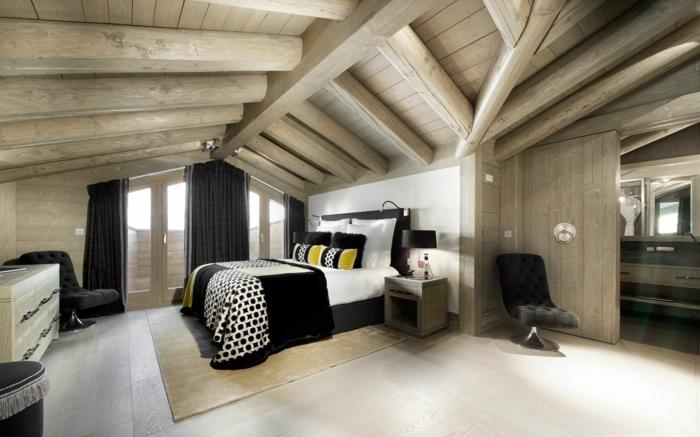 une-jolie-chambre-à-couocher-sous-pente-amenager-comble-rideaux-noirs-interieur-en-bois