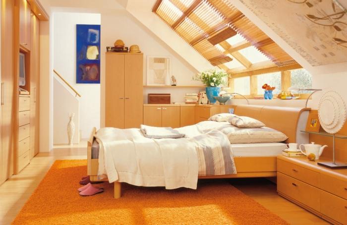 une-jolie-chambre-parentale-sous-pente-meubles-en-bois-clair-tapis-orange-murs-beiges