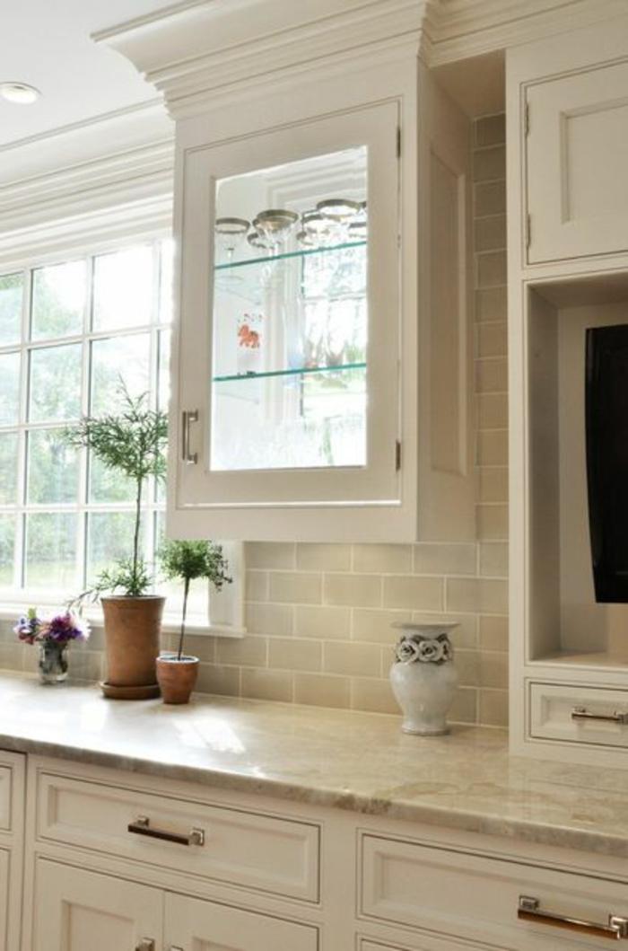 une-jolie-cuisine-élégante-en-marbre-beige-meubles-de-cuisine-beiges-crédence-de-cuisine