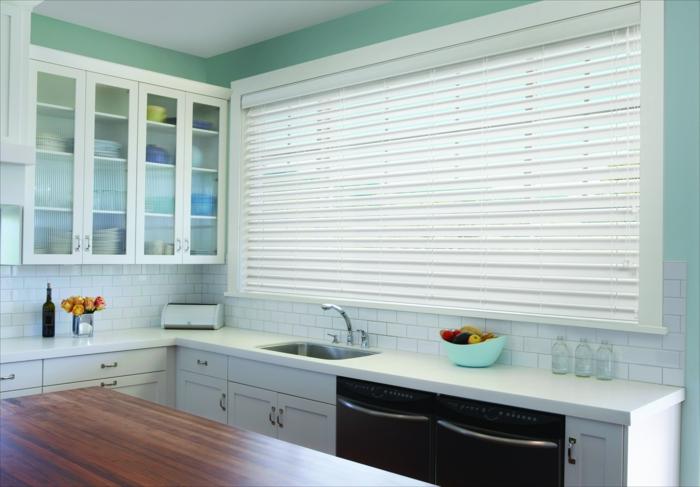 une-jolie-cuisine-avec-store-venitien-ikea-blanc-bar-de-cuisine-en-bois-foncé-meubes-de-cuisine-en-bois