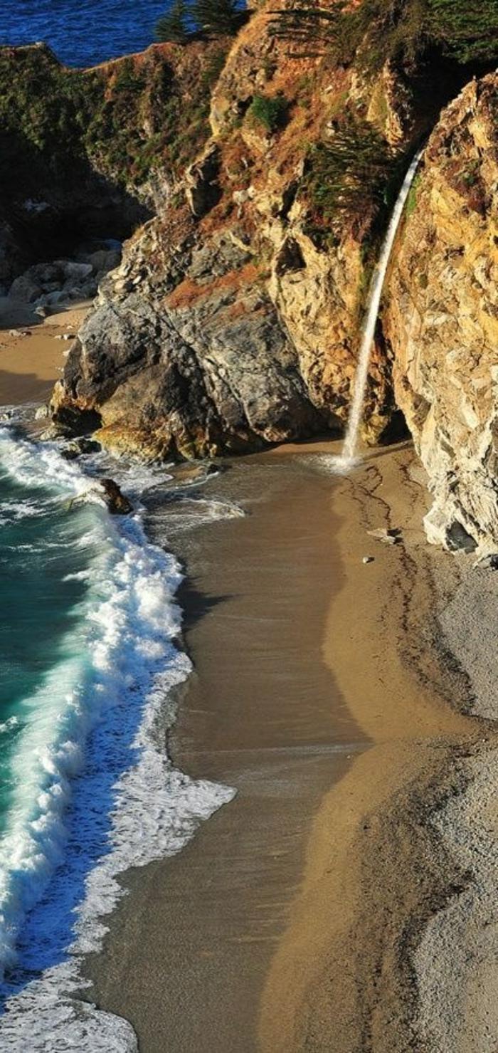 une-jolie-photo-au-bord-de-la-mer-avec-joli-plage-de-sable-fin