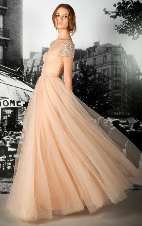 une-jolie-robe-de-soirée-dentelle-de-couleur-pale-femme-moderne-de-robe-rose