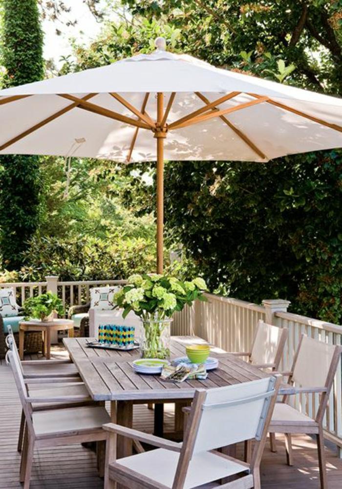 une-jolie-terrasse-avec-parasol-de-balcon-blanc-meubles-d-extérieur-modernes-table-et-chaises-de-balcon