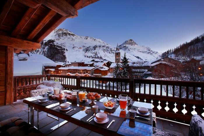 une-jolie-terrasse-en-bois-dans-la-montagne-qui-vous-offre-le-plus-beau-paysage