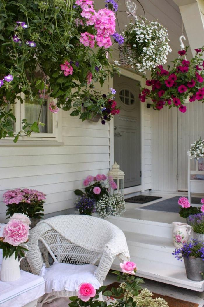 une-jolie-véranda-avec-beaucoup-de-fleurs-extérieur-de-maison-en-bois-porte-en-bois-gris