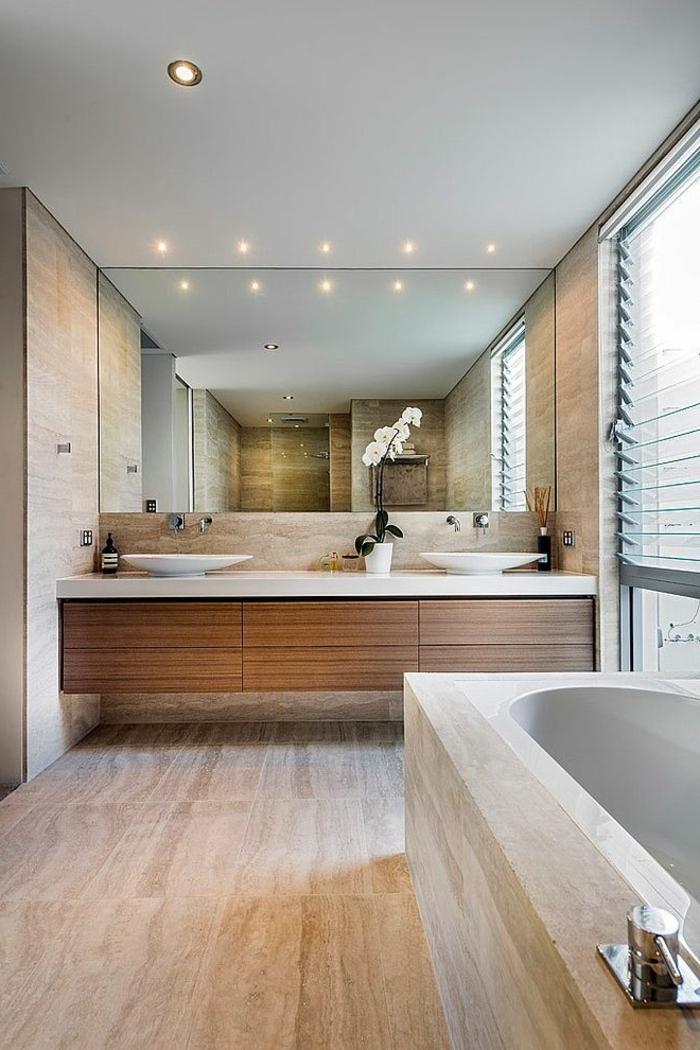 évier-céramique-salle-de-bains-spacieuse-grand-miroir-mural