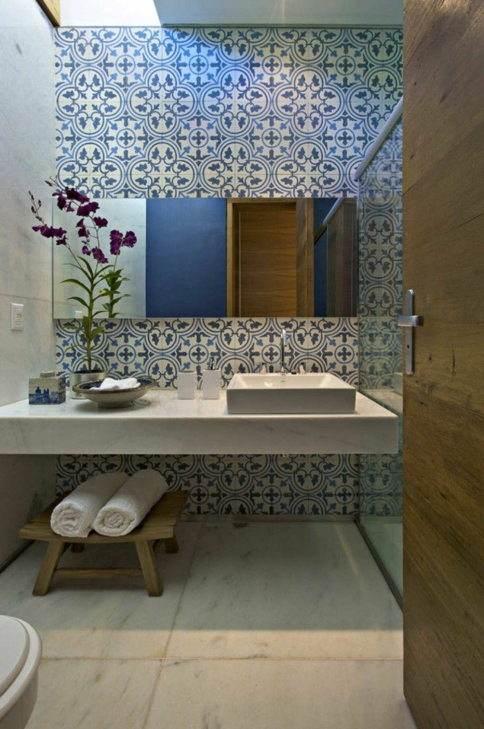 évier-céramique-sur-un-comptoir-en-marbre-tabouret-bois