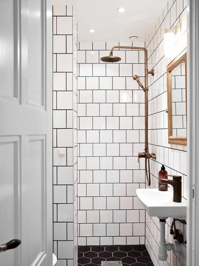 évier-céramique-traditionnel-douche-et-encadrement-de-miroir-cuivrés