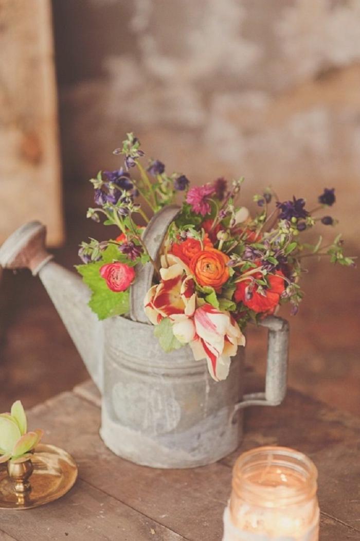 0-décorer-son-salon-comment-le-decorer-avec-fleurs-colorés-dans-un-arrosoir-vieux