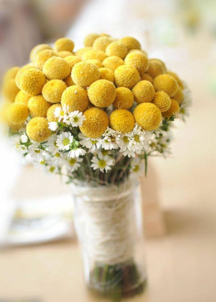 0-décorer-son-salon-fleurs-jaunes-et-blanches-un-joli-bouquet-de-fleurs