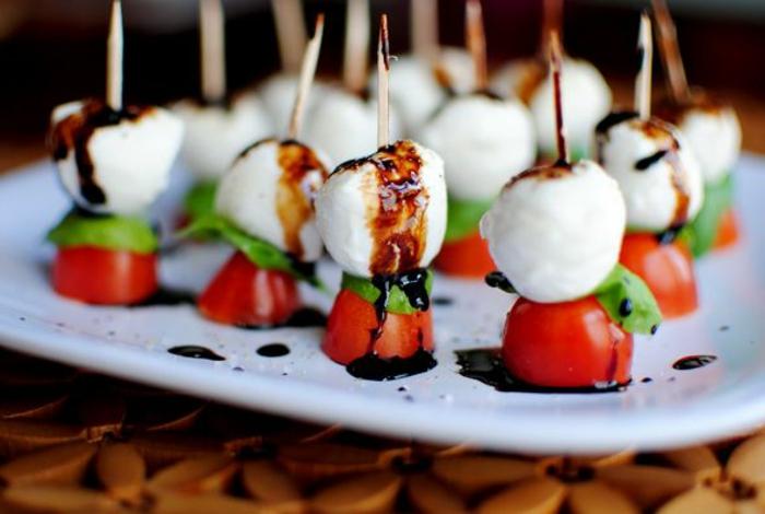 0-entrée-froide-rapide-avec-tomates-et-fromages-pour-la-table-fete-originale