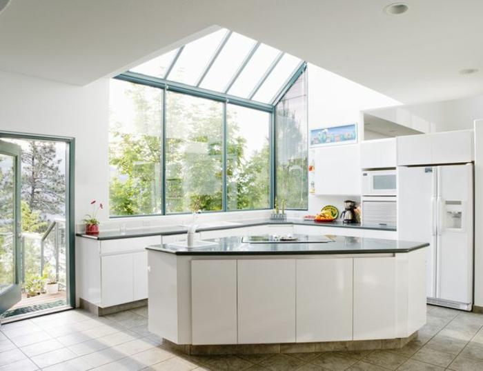 0-jolie-cuisine-de-style-feng-shui-avec-plafond-en-verre-sous-pente-et-ilot-central