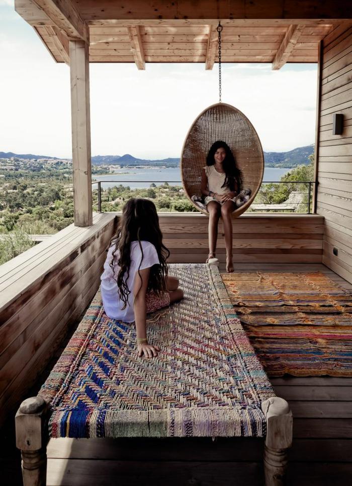 0-jolie-maison-avec-rambarde-balcon-en-bois-un-joli-design-avec-tapis-d-exterieur-pour-le-balcon