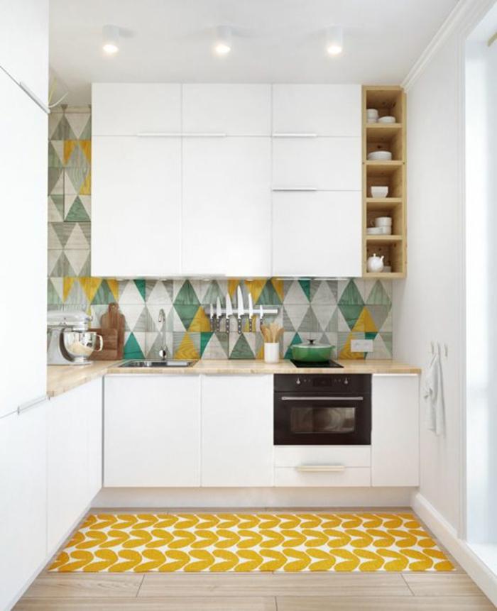 0-une-jolie-cuisine-avec-meubles-en-bois-dans-la-cuisine-moderne-cuisines-blanches-tapis-jaune-carrelage-coloré