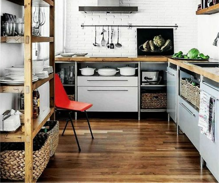 0-une-jolie-cuisine-sous-pente-avec-murs-blanches-de-briques-et-saint-maclou-parquet-foncé