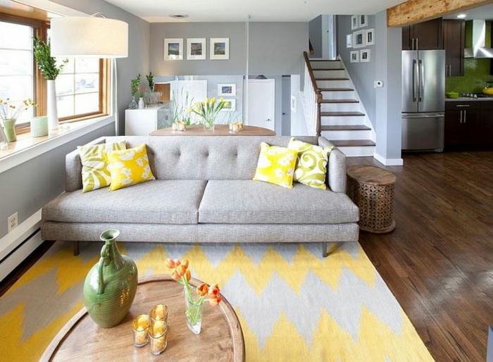 00-comment-bien-décorer-le-salon-sol-un-parquette-en-bois-foncé-et-tapis-jaune-gris