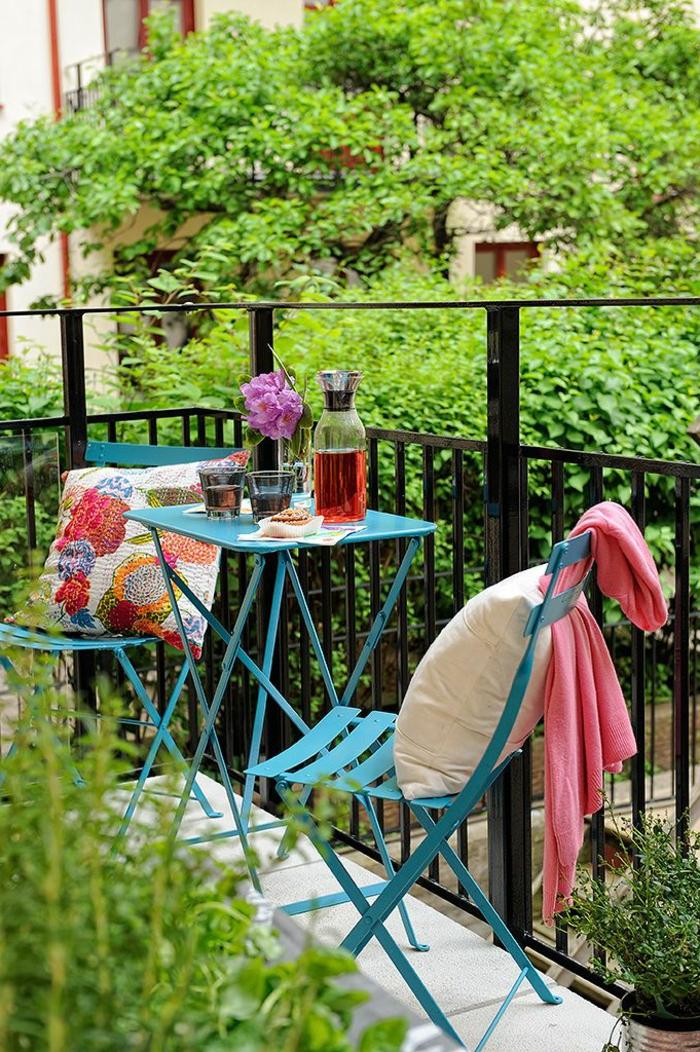 01-balustrade-extérieure-pour-le-balcon-avec-meubles-d-extérieur-en-fer-et-plante-verte