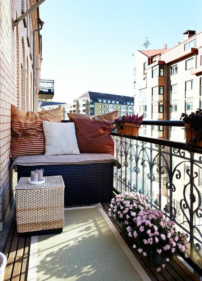 01-rambarde-balcon-en-fer-pour-bien-amenager-la-terrasse-devant-l-appartement-moderne