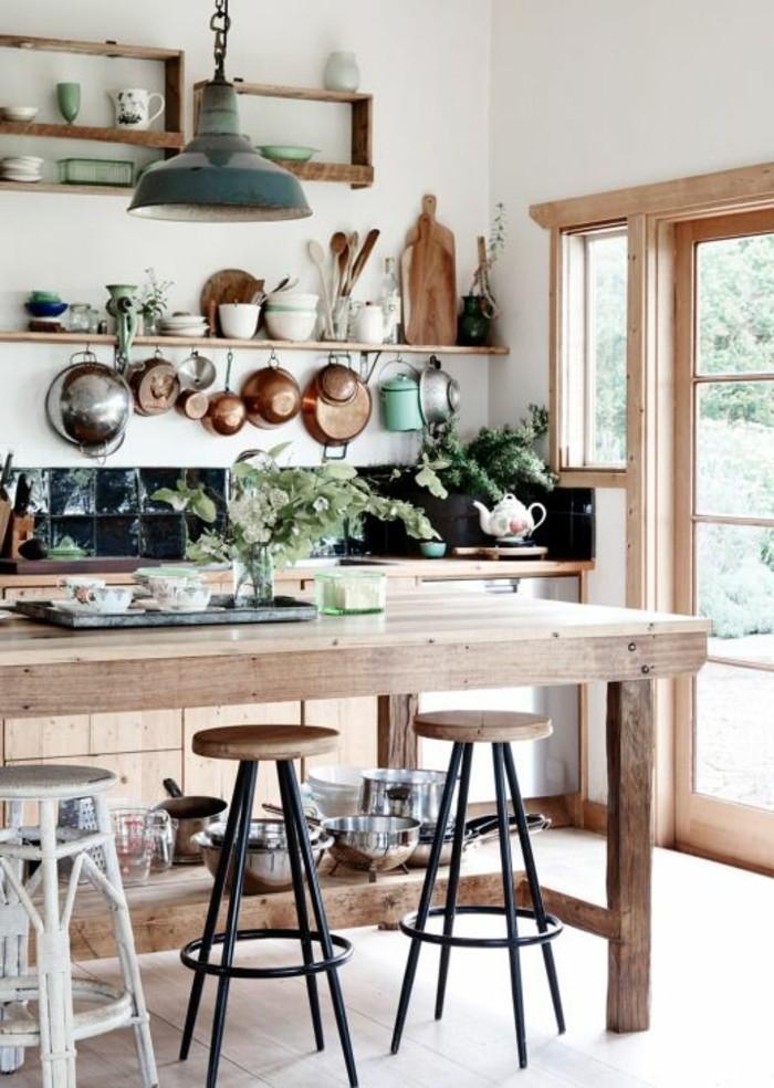 1-adopter-le-style-feng-shui-pour-votre-cuisine-moderne-table-en-bois-massif-bois-clair-plantes-d-intérieur