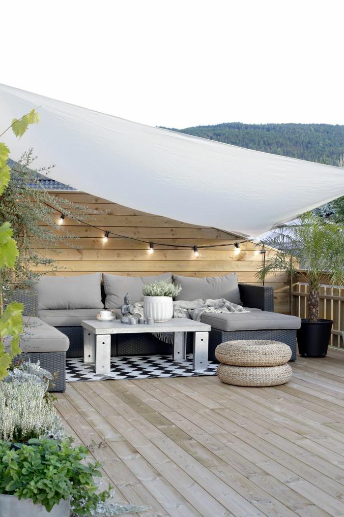 1-aménager-sa-terrasse-en-bois-dans-le-cour-moderne-avec-plantes-vertes-et-sol-en-planchers