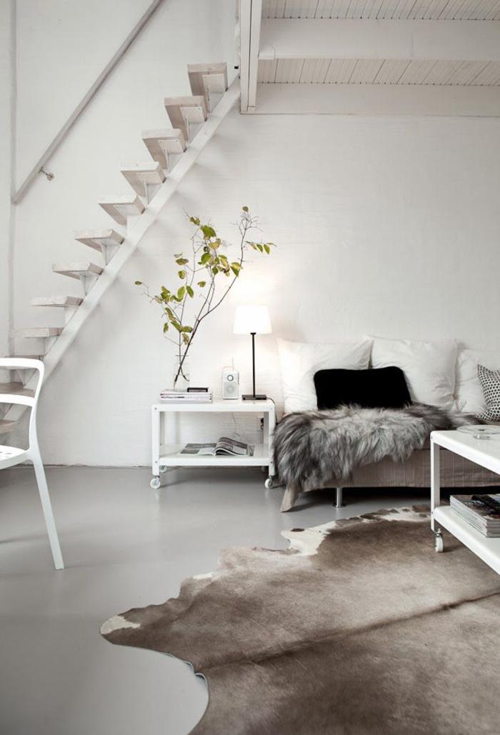 1-béton-ciré-plan-de-travail-tapis-en-peau-d-animal-table-de-salon-blanc-murs-blancs