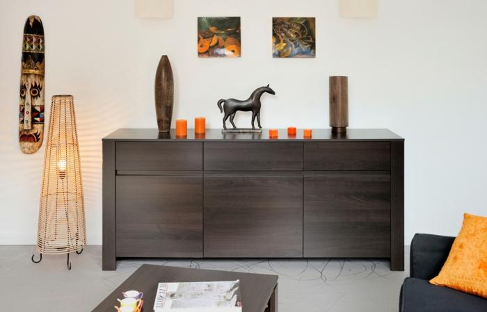 1-bahut-originale-en-bois-foncé-pour-le-salon-moderne-mur-blanc-peinture-murale-art