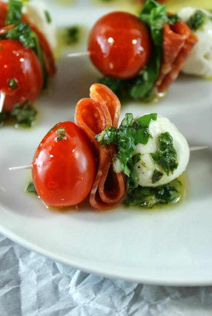 1-brochette-avec-tomates-proshutto-fromage-dressing-idée-entrée-froide-pour-la-table