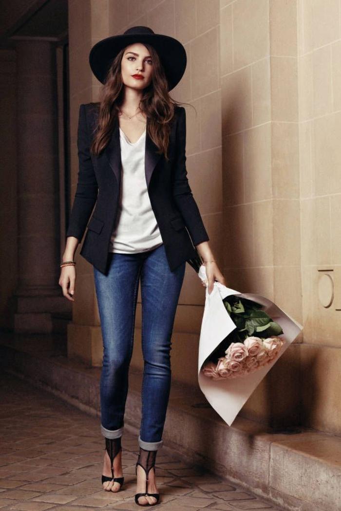 1-capeline-paille-chapeau-capeline-noire-tenue-de-jour-élégante-bouquet-roses-chaussures-talon-jean-veste-tailleur