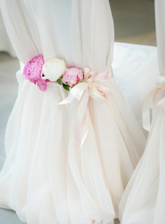 1-comment-decorer-la-chaise-de-mariage-avec-un-voilage-blanc-et-fleurs