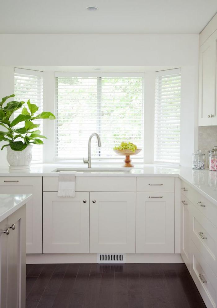 1-couleur-cuisine-feng-shui-pour-la-cuisine-blanche-avec-meubles-blancs-et-grande-fenetre