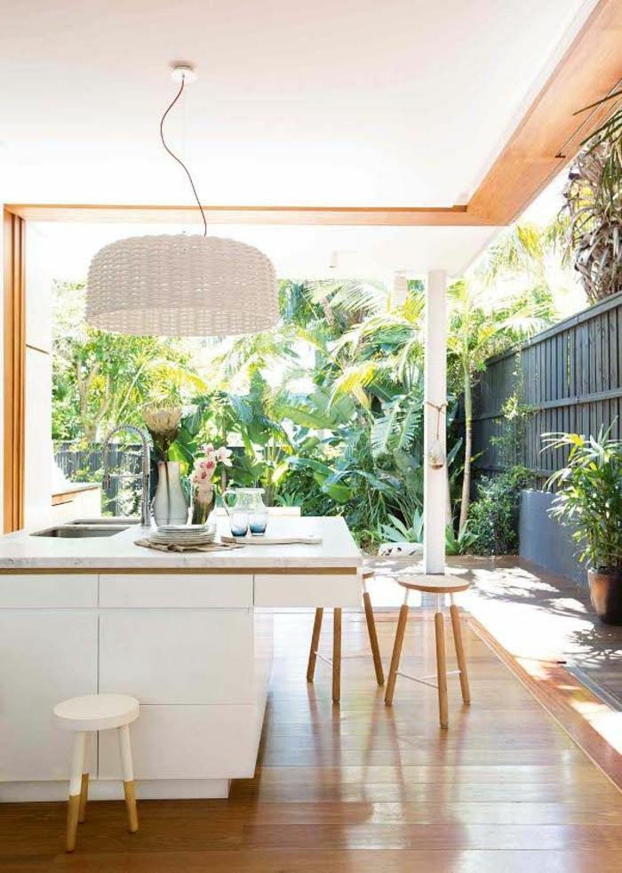 1-cuisine-americaine-amenagement-petite-cuisine-ouverte-sur-le-jardin-bar-de-cuisine-et-chaises-de-bar