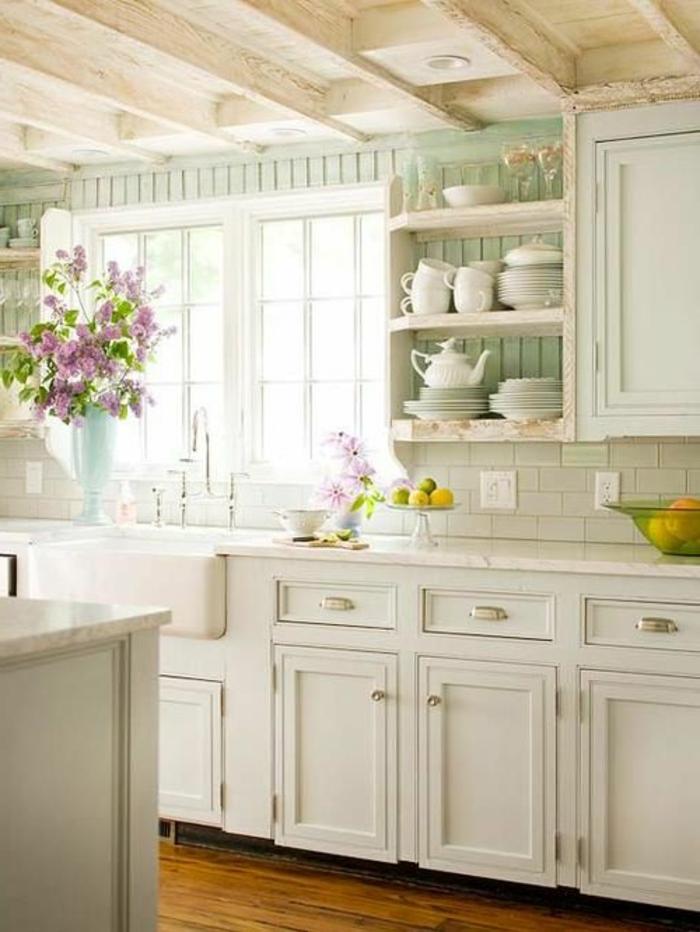 1-cuisine-blanche-laquéе-de-style-rustique-avec-meubles-blancs-sol-en-parquette-clair
