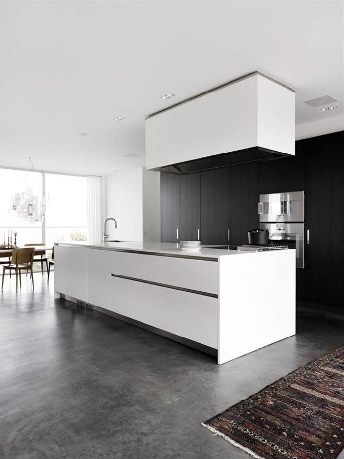 1-cuisine-contemporaine-grise-avec-sol-en-béton-ciré-gris-et-tapis-coloré-dans-la-cuisine