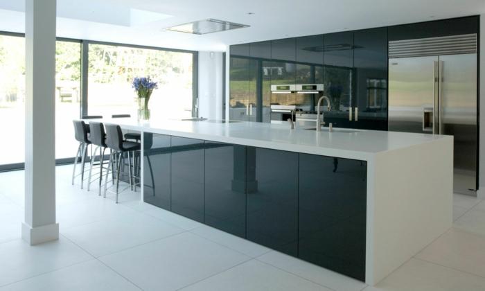 1-cuisine-laquée-blanche-meubles-de-cuisine-laquées-sol-en-carrelage-blanche-et-fenetre-grande