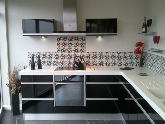1-cuisine-laquée-noire-blanche-meubles-de-cuisine-noirs-carrelage-gris-dans-la-cuisine