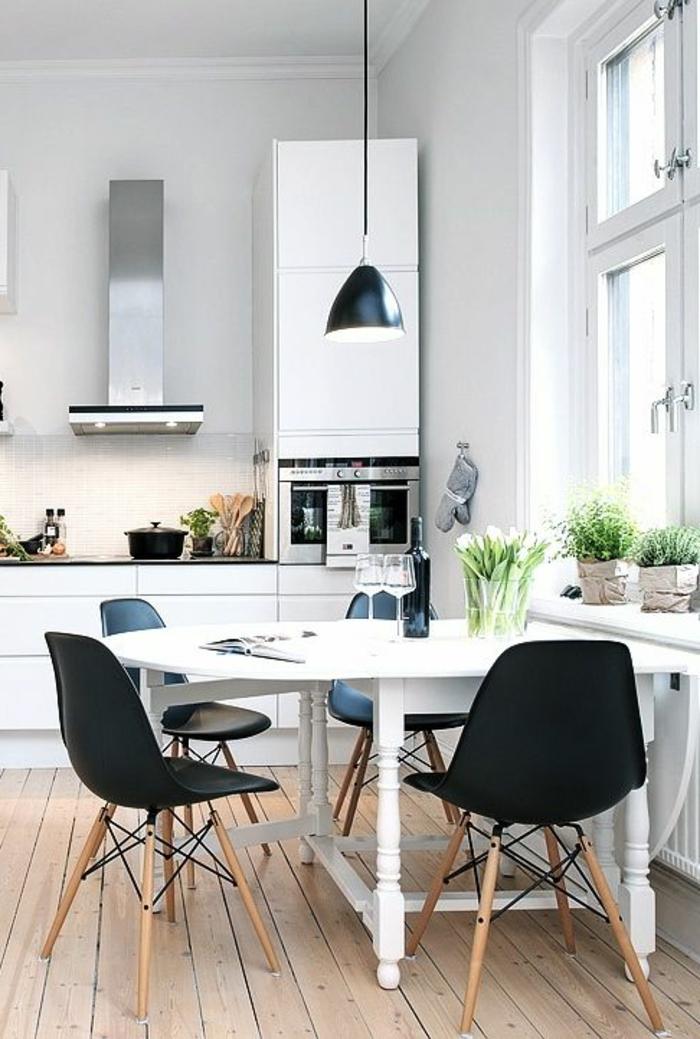 1-cuisines-blanches-en-bois-clair-avec-parquette-en-bois-clair-chaises-noires-sol-en-bois