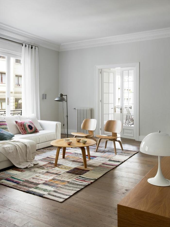 1-deco-nordique-avec-meuble-suedois-et-tapis-scandinave-tapis-coloré-sol-en-bois-foncé